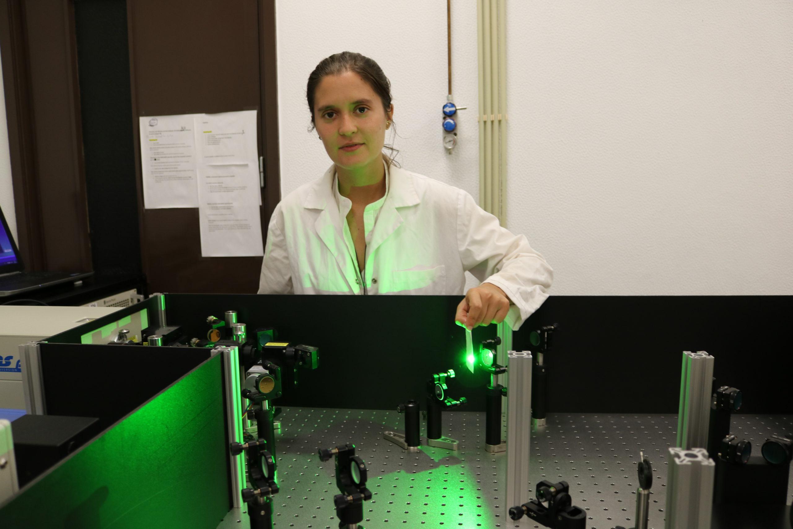 Danîela Nobre aligning the pump & probe laser of the fs-TA